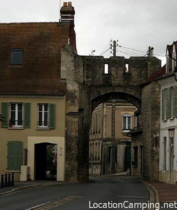 Porte fortifi e trie ch teau monument historique for Piscine trie chateau